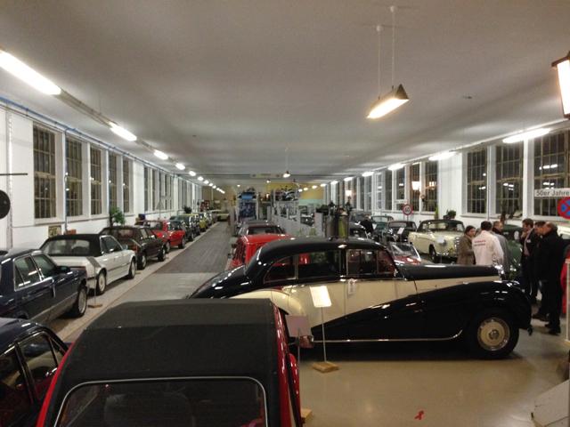Blick in die Ausstellungshalle von Merks Motor Museum in Nürnberg